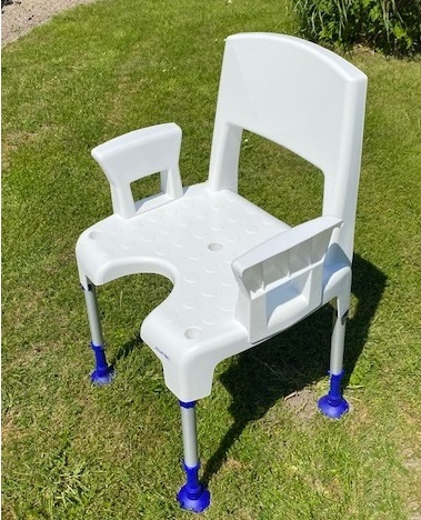 rollstuhlgerechtes bad viel platz in der dusche ideal f r menschen mit handicap kippspiegel. Black Bedroom Furniture Sets. Home Design Ideas