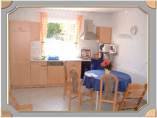 wohnzimmer und k che sind ebenerdig und ideal f r rollstuhlfahrer. Black Bedroom Furniture Sets. Home Design Ideas