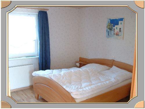 viel platz im schlafzimmer neben und vor dem bett. Black Bedroom Furniture Sets. Home Design Ideas