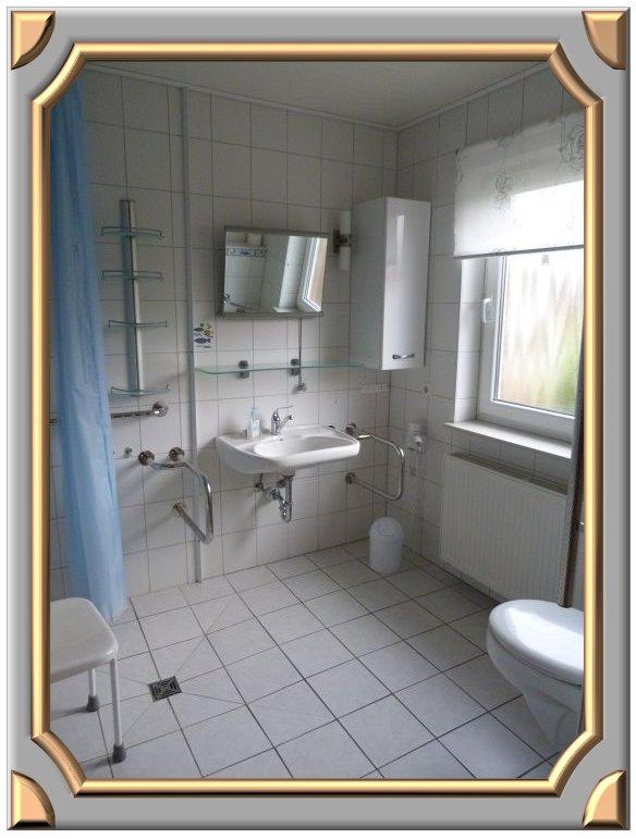rollstuhlgerechtes bad viel platz  der dusche ideal